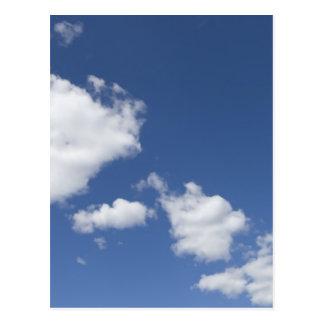 cielo  azul con nubes blancas post card