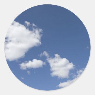 cielo  azul con nubes blancas round sticker