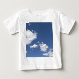 cielo  azul con nubes blancas t shirts