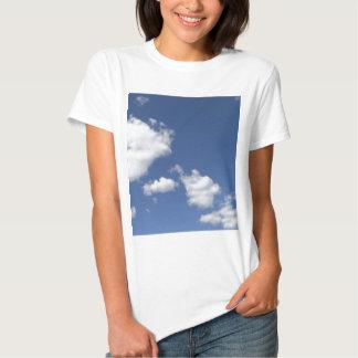 cielo  azul con nubes blancas tees