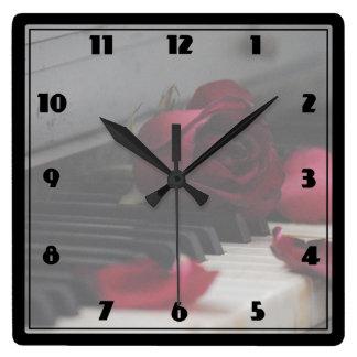 Clés de piano avec un rose rouge horloge carrée