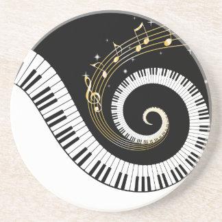 Clés de piano et notes de musique d'or dessous de verre