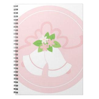Cloches de mariage en pastel roses carnet à spirale