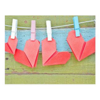 Coeur de papier accrochant sur la corde à linge carte postale