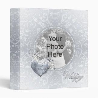 Coeur en filigrane argenté et roses blancs
