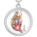 Coeur et poignard frais dans le tatouage de pendentif rond