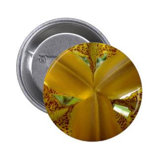Coeur jaune d iris pourpre pin's