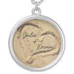 Coeur personnalisé dans le collier de sable