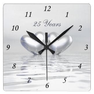 Coeurs argentés d'anniversaire horloge carrée