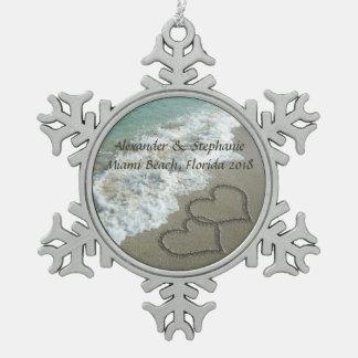 Coeurs romantiques sur l'ornement de Noël de plage Ornement Flocon De Neige Pewter