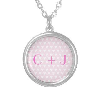 Coeurs roses d'amour d'initiales d'amoureux du mon collier