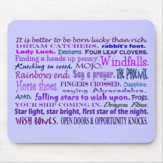 Collage chanceux de mots dans le tapis de souris p