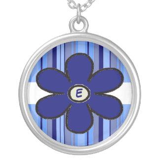 Collier d'initiale de rayure de fleur