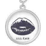 Collier noir de pendentif de baiser de Goth
