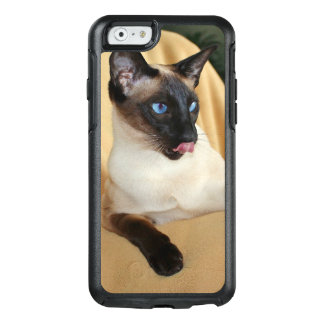 Comical Seal Point Siamese Cat Licking It's Nose OtterBox iPhone 6/6s Case
