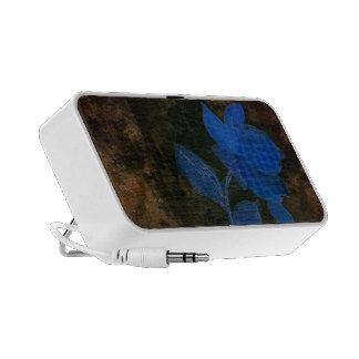 Conception bleue de fleur sur le griffonnage par haut-parleur ordinateur portable