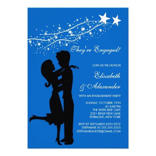 Couples modernes doux dans des invitations de fian