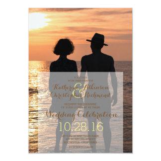 Couples romantiques tenant des mains au coucher du carton d'invitation  12,7 cm x 17,78 cm