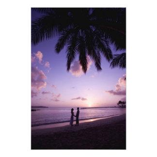 Couples sur la plage, atterrissage de grand voilie impression photographique