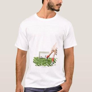 Coups de pied d'un ballon de football avec t-shirt