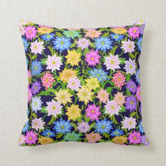 Coussin anglais coloré de fleurs de jardin