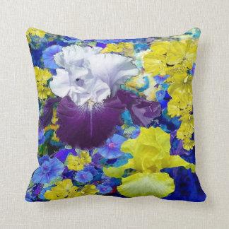 Coussin de jaune de jardin d'iris par sharles.