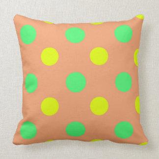 Coussin Dirigez le point de polka jaune et brun vert en