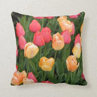 Coussin (rouge et jaune) de tulipe
