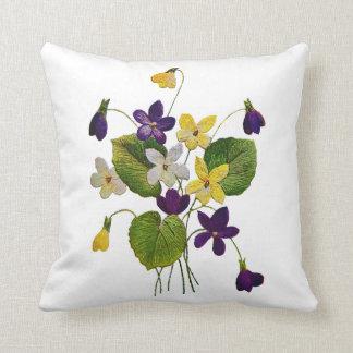 Coussin violet brodé