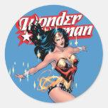 Couverture comique de femme de merveille sticker rond