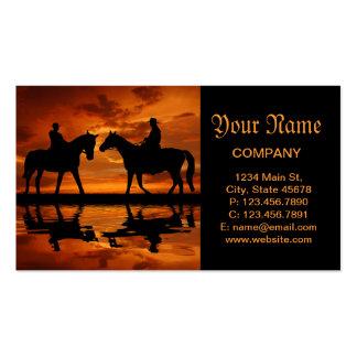 Cowboys d'équitation dans le coucher du soleil modèle de carte de visite