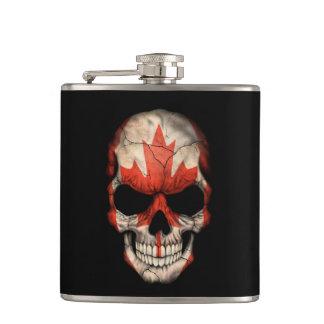 Crâne canadien de drapeau sur le noir