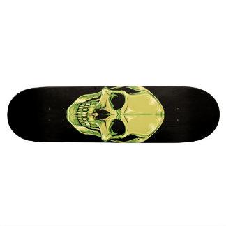 Crâne de grimacerie vert sur la planche à plateau de skateboard