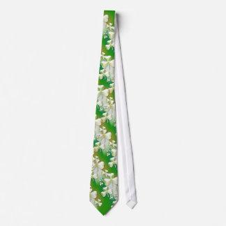 Cravate verte élégante de shamrocks