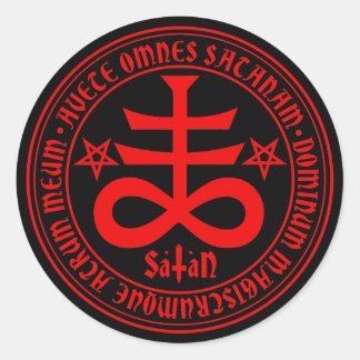 Croix satanique avec le texte et les pentagones adhésifs ronds