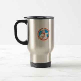 Cuisinier de chef tenant la bande dessinée de mugs à café