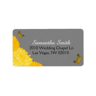 Dahlias jaunes et papillons épousant des étiquettes d'adresse