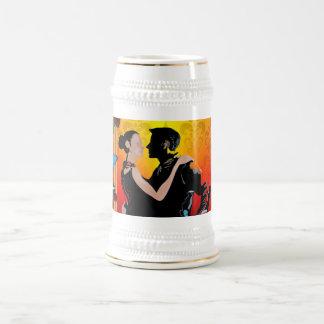 Danseurs romantiques de mariage chope à bière