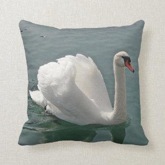 Dekokissen white swan throw pillow