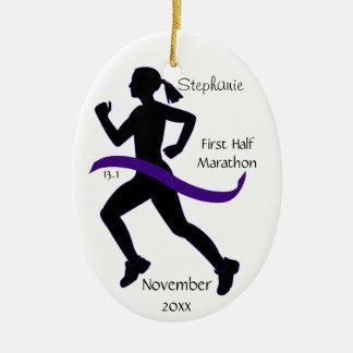 Demi d'ornement de marathonien de femme dans le ornement ovale en céramique