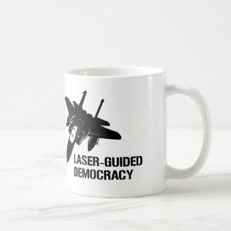 Démocratie/paix à guidage laser par la puissance mug blanc