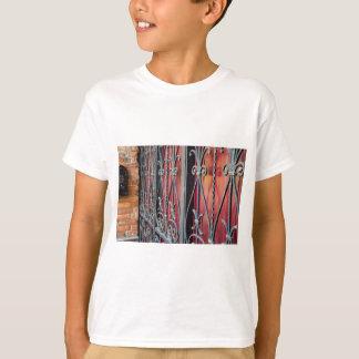 Détail d'une vieille barrière de fer t-shirt