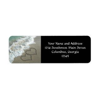 Deux coeurs de sable sur la plage océan romantiqu étiquettes d'adresse retour
