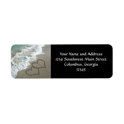 Deux coeurs de sable sur la plage, océan romantiqu étiquettes d'adresse retour
