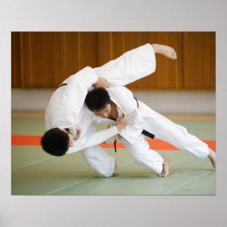 Deux hommes concurrençant dans un match 2 de judo posters