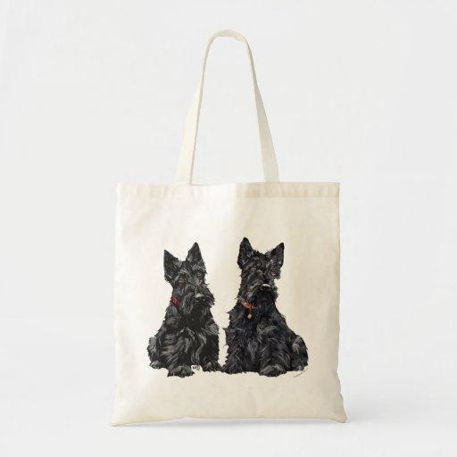 Deux terriers écossais noirs sacs