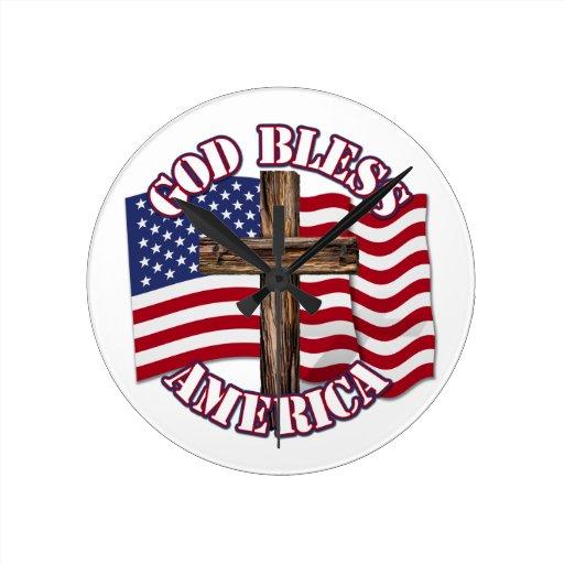 Dieu bénissent l'Américain avec le drapeau et la c Pendules Murales