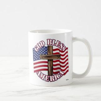 Dieu bénissent l'Américain avec le drapeau et la c Mug À Café