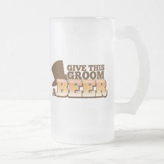 DONNEZ à CE MARIÉ une bière de mariage de mariage Mug