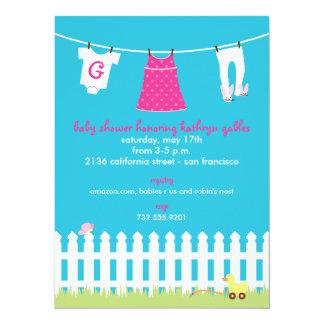 Douche de bébé de corde à linge de jardin carton d'invitation  13,97 cm x 19,05 cm